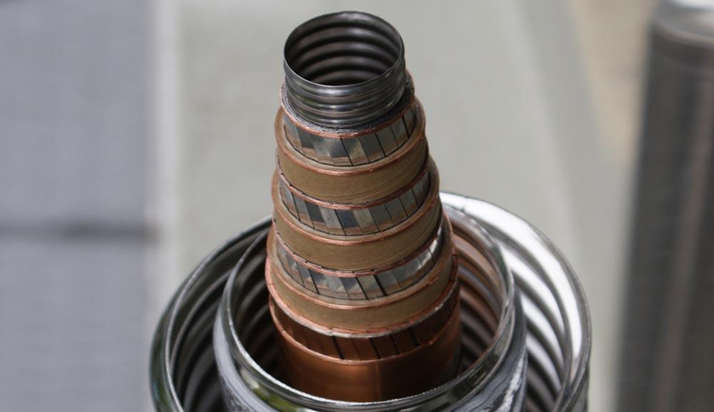 Supraleiter leiten im Vergleich zu Kupfer die 200fache Strommenge durch denselben Leitungsquerschnitt, was speziell für Kabelanwendungen viele Vorteile bietet.